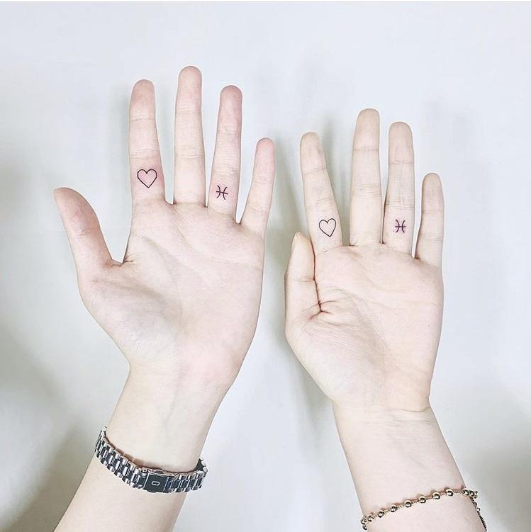 カップル指タトゥー